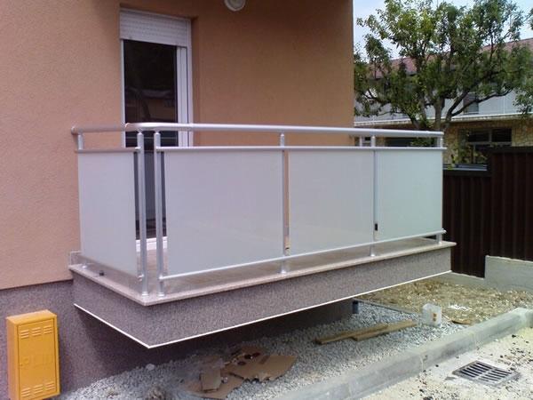 Aluminijska vanjska balkonska ograda AKM 3 - staklena